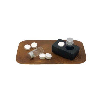 Bandeja de madera de teca con base de piedra volcánica y toallitas comprimidas